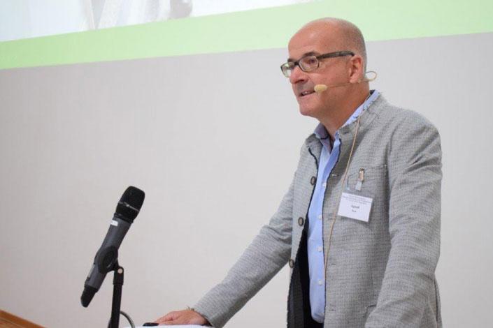 Dr. Roland Uphoff beim Vortrag während eines Fortbildungskurses der DGPGM